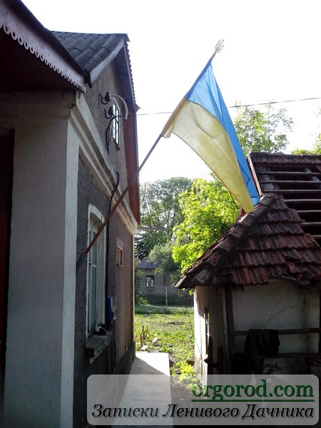 Флаг на фасаде дома