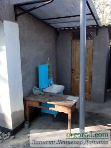 Умывальник возле туалета