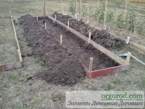 Снимаем верхний слой земли при сооружении теплой грядки